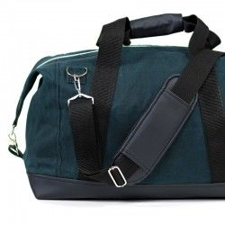 Duffle bag sewing pattern and tutorial. Weekender bag with a detachable shoulder strap.