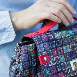 Flap bag with a contrasting handle and a turn lock. How to sew a bag - step by step tutorial.