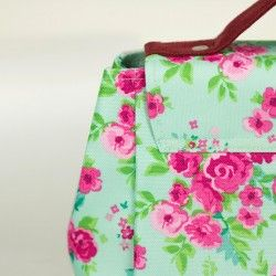 How to sew a medium purse with a flap and a lining. Step by step sewing tutorial.